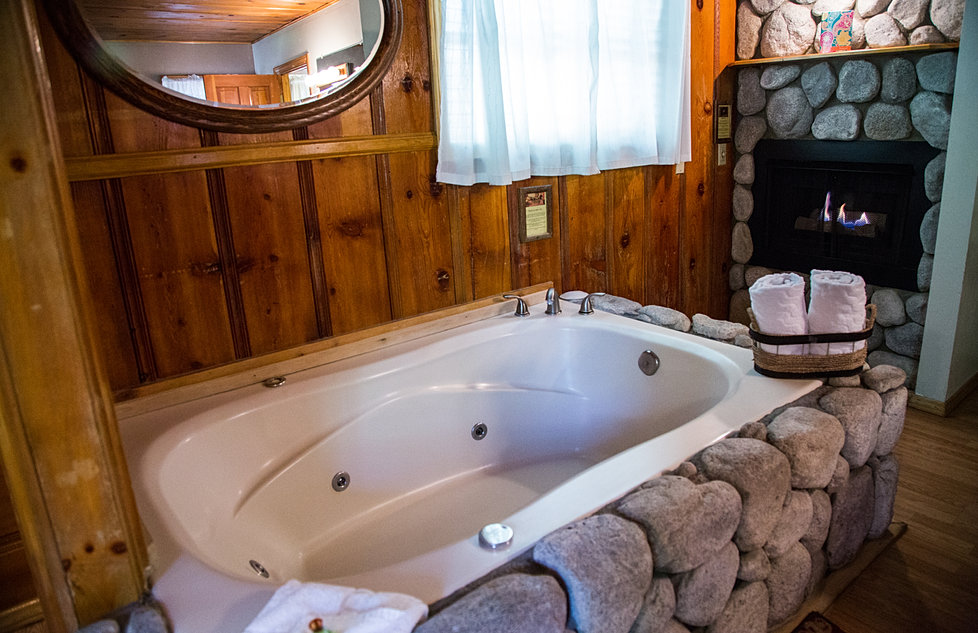 Sleepy Forest Resorts 16 King Fireplace Jetted Tub