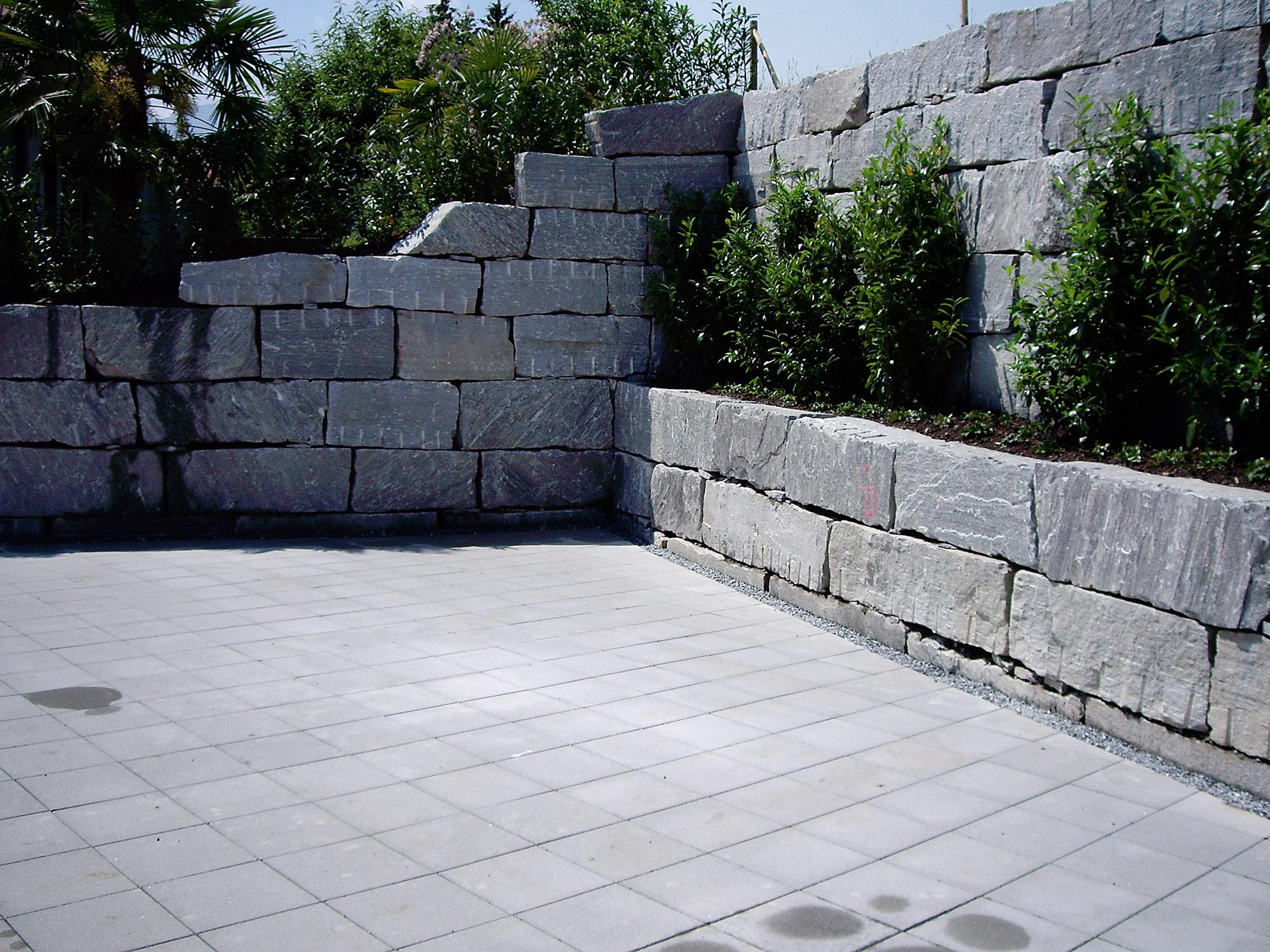 Natursteinstützmauer