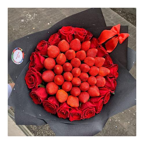 Букет из клубники с розами M