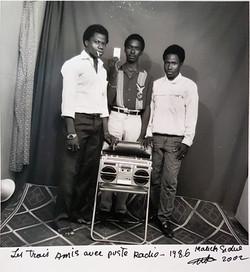 Les trois amis avec poste radio