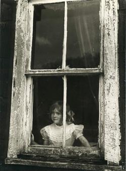 Brenda à la fenêtre
