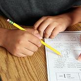 Учитель помогает ученику,рептор начальные классы, подготовка детей к школе саратов, подготовк к школе 5 лет, подготовка к школе детей 6 лет, подготовка к школе детей 7 лет, помощь с уроками