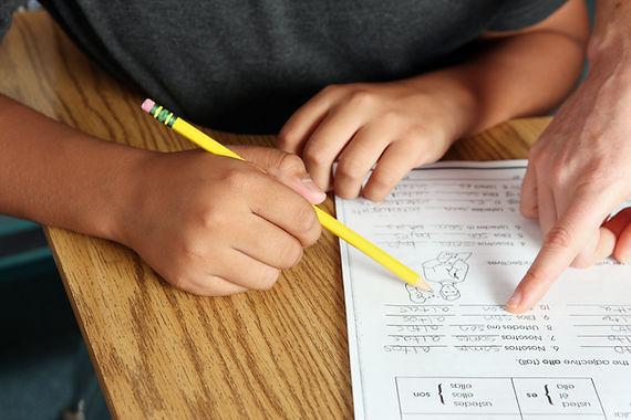 Учитель помогает студенту