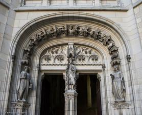 Entrée de la chapelle avec statue de Viollet-le-Duc (au centre)