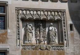 Une réplique de l'Annonciation orne la façade sud du château