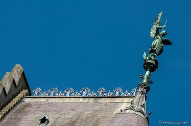 Statue de l'archange saint Michel sur le faîtage du toit de la chapelle