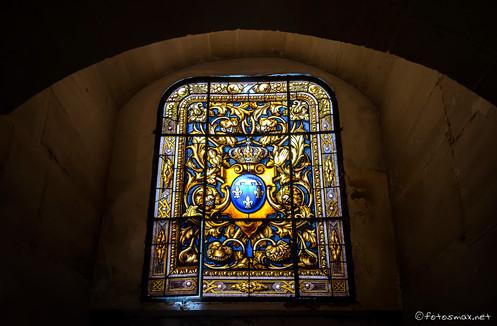 Vitrail des armoiries des Orléans dans la crypte