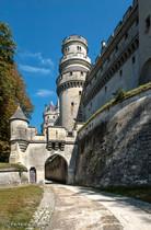 Accès au château et vue sur la tour Alexandre.