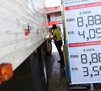 Defasagem dos preços da gasolina diminui, mas do diesel se mantém, aponta Abicom