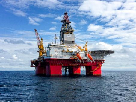 Petróleo tem leve oscilação com alta nos estoques de gasolina nos EUA