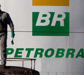 Com alta do dólar, Petrobras reajusta preços da gasolina e diesel