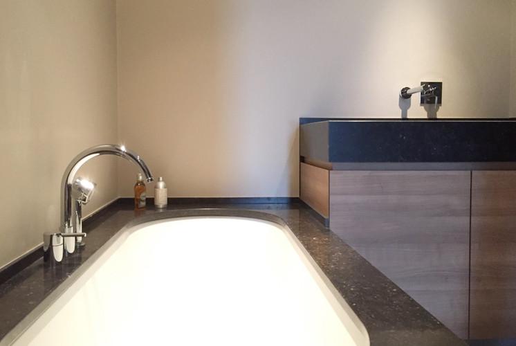 badkamer in Belgische blauwe steen