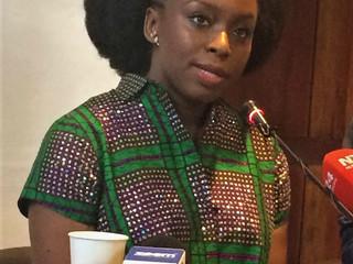 """""""Estoy muy emocionada de estar en la real Cartagena"""" así comenzó su visita Chimamanda Ngozi Adichie"""