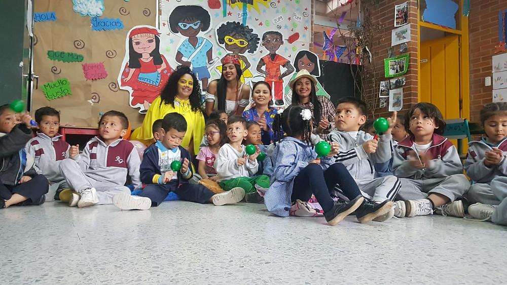 Profesoras y estudiantes del colegio República de Guatemala implementando la Liga de la Diversidad étnica como herramienta pedagógica.