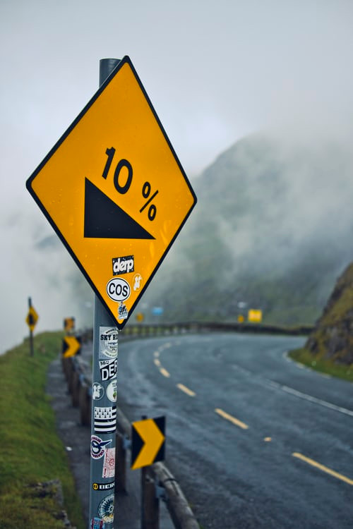 a road sign with '10%' on it