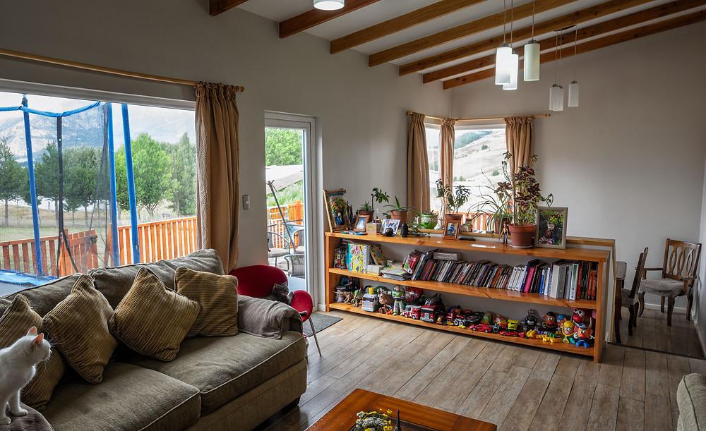 Living area con salida a terraza y comedor ubicado en un nivel más bajo