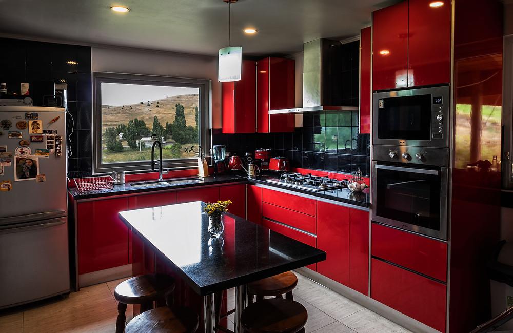 Cocina en color rojo con recubrimirnto acrilíco y meson central