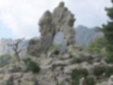 Arche de Corte,arche de Padule ou arcu di Scandulaghja. Sculpture granitique entre citadelle de Corte et barrage de Calacuccia. Haute Corse. Source au-dessus du lac de Nino,entre Corte et Casamaccioli. Cantons:Corte,Niolu Omessa,Bustanico,Venaco,Vezzani,Moïta Verde. Punta Artica. Aleria. Mer Tyrrhénienne.