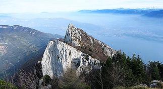La Dent du Chat,1390 mètres. Massif du Mont du Chat/Massif du Jura. Savoie,Auvergne/Rhône-Alpes. Situé prés de Chambery,à la limite de Bourdeau et de Saint-Jean-de-Chevelu,ce sommet s'étire en bordure ouest du lac du Bourget. Tunnel du Chat et col du Chat,longtemps passage essentiel entre les régions de Chambery et d'Aix-les-Bains. Panorama sur Mont-Blanc,Vanoise,Bauges,Belledonne,Chartreuse,lac du Bourget. Ce lac est le plus grand lac d'origine glaciaire situé en France. Chaîne de l'Epine,massif des Bauges (dont le mont Revard),massif de la Chambotte,colline de Tresserve. Chanax,Chindrieux,Entrelacs,Brison-Saint-Innocent,Viviers-du-Lac,Le Bourget-du-Lac,La Chapelle-du-Mont-du-Chat,Saint-Pierre-de-Castille,Conjux. Abbaye Royale d'Hautecombe. Alphonse de Lamartine,Julie Charles.