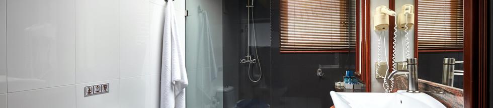 Bathroom (all rooms).jpg