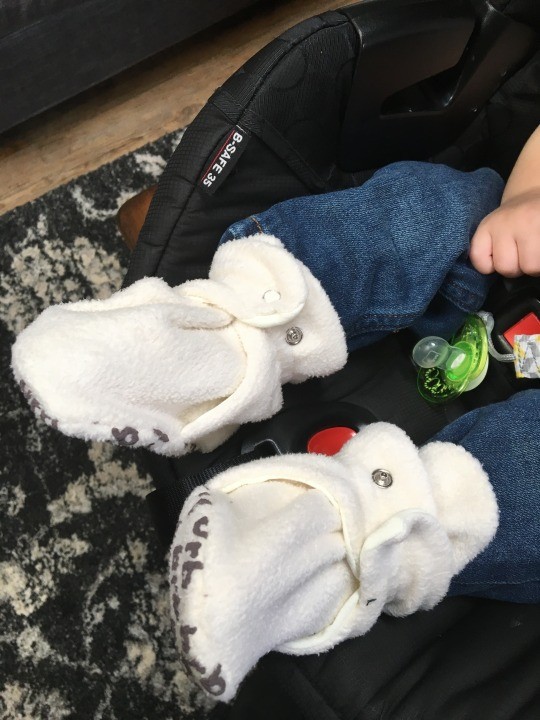 There's really nothing quite so sweet as tiny little baby feet. BirdRock Baby Fleece Booties are Perfect for Babies Who Hate Things on Their Feet! Who has a baby who hates anything on their feet? 🙋🏻 Who has a baby who finds it a personal goal to remove socks from their feet? 🙋🏻 Enter, BirdRock Baby Fleece Booties 😍 From newborn to 18 months, BirdRock Baby has the cutest booties for your baby! Deegan is 7 months so he is wearing size 4 (Small: 6-12 months, 4.