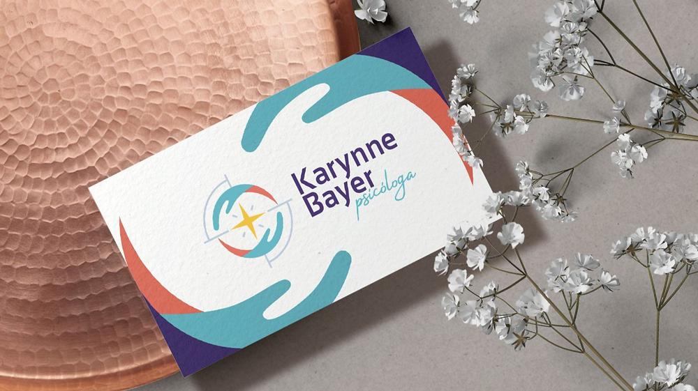 Logo da psicóloga Karynne Bayer aplicado em cartão de visita.