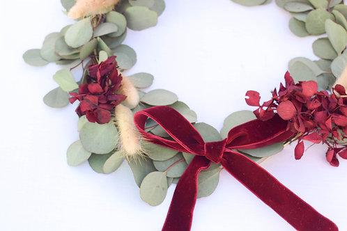 corona de flores preservadas de eucalipto y hortensias vino
