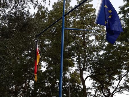 Zieht die Fahne hoch: unser Fahnenmast ist wieder funktionstüchtig
