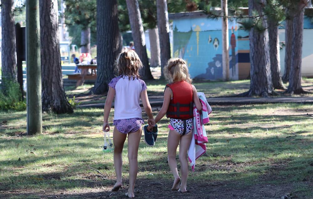 girlswalking
