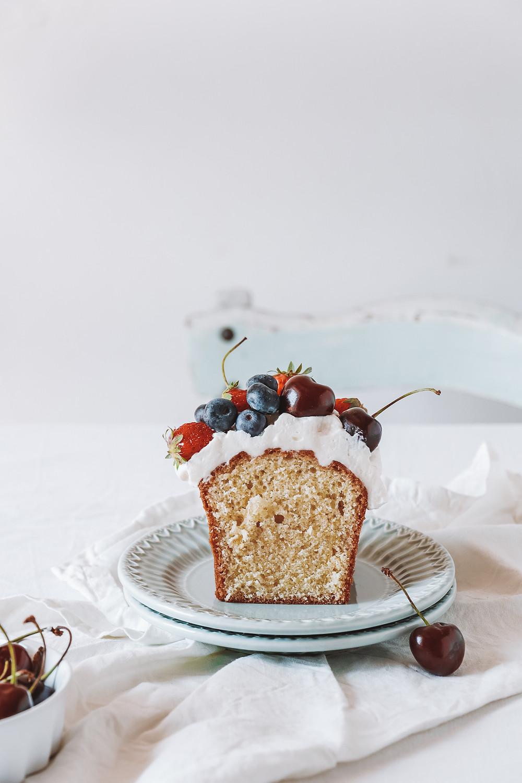 Cake à l'huile d'olive, fruits rouges et crème fouettée au mascarpone