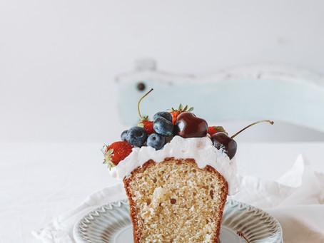 Cake à l'huile d'olive, aux fruits rouges et crème fouettée au mascarpone