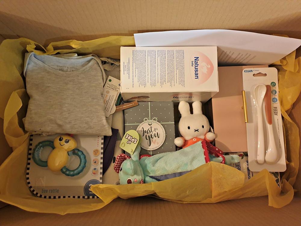 Gratis låda med saker till bebis och mamma.