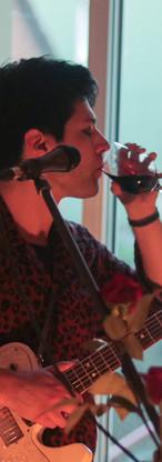 Themis trinkt Wein