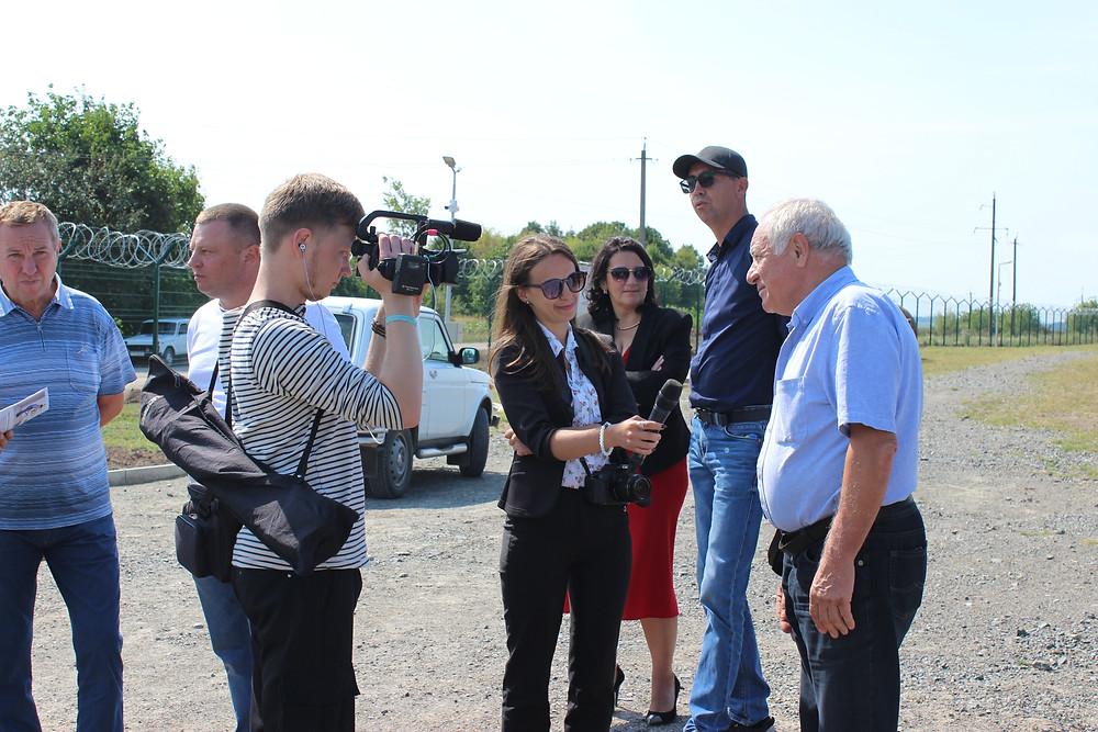 На фото:  журналісти  телерадіопресцентру 4tv gorodok висвітлюють подію.