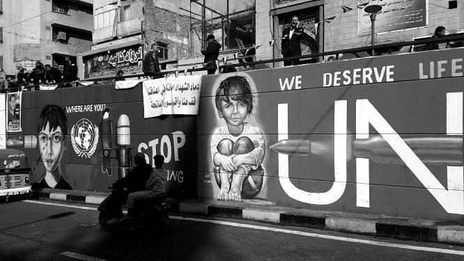 Wände des Protests statt grauer Beton in Bagdad. Bild: Sinan Salaheddin Mahmoud