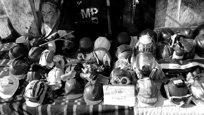 Helme von getöteten Demonstranten als eine Art Schrein. Bild: Sinan Salaheddin Mahmoud