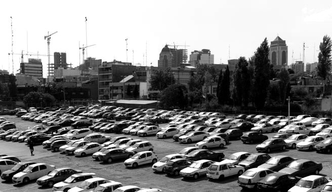 Warten auf Käufer: Ein Autoverkauf in Teheran. Bild: TM