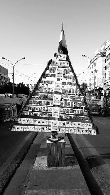 Baum mit toten Demonstranten in Bagdad. Bild: Sinan Salaheddin Mahmoud