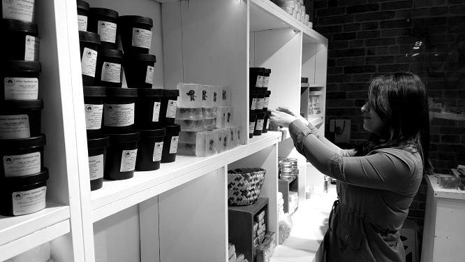 Zeina Salih in ihrem Geschäft. Bild: Sinan Salaheddin Mahmoud