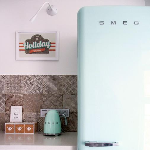 холодильник smeg в интерьере кухни.jpg