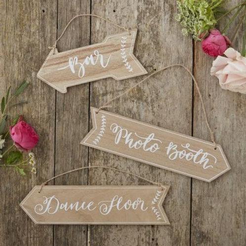 3 panneaux indications en bois