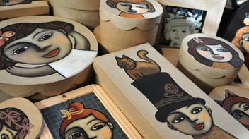 Peintures sur boîtes en carton et ardoises