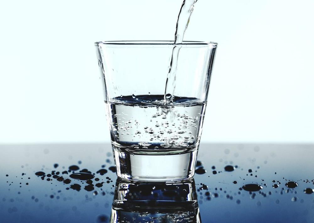 Boire de l'eau régulièrement fait partie des piliers de l'alimentation santé