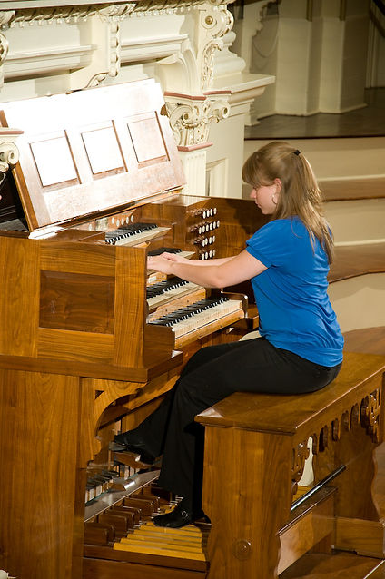 Katelyn Emerson at the historic Hook console of Mechanics Hall, Worcester, Massachusetts