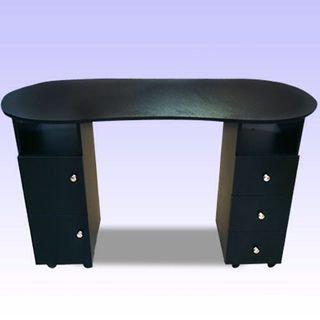 שולחן שחור עשוי מעץ