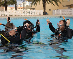 Scuba Murcia, PADI Discover Scuba Divers in Pool diving
