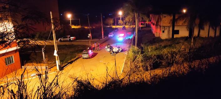 Carro cai de ribanceira na madrugada em Eugenópolis
