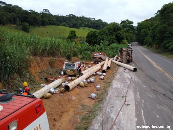 Colisão entre caminhão e carreta próximo na curva da Pratinha deixa duas pessoas feridas