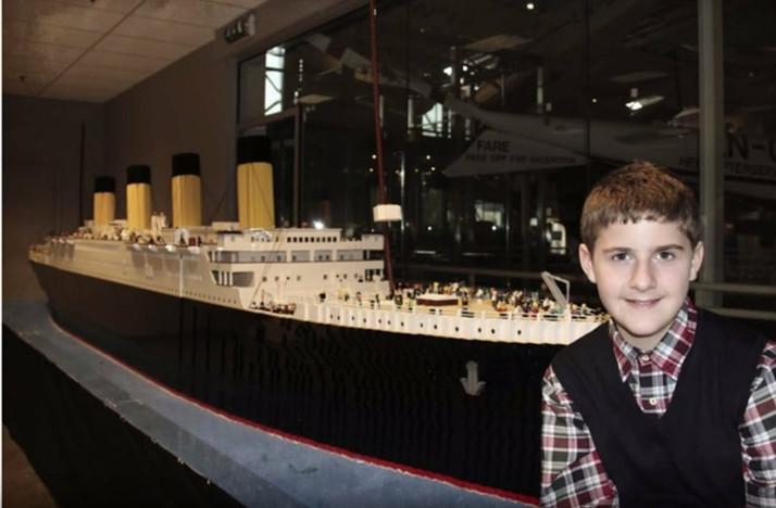 Garoto com autismo constrói réplica do Titanic com 56 mil peças de Lego.