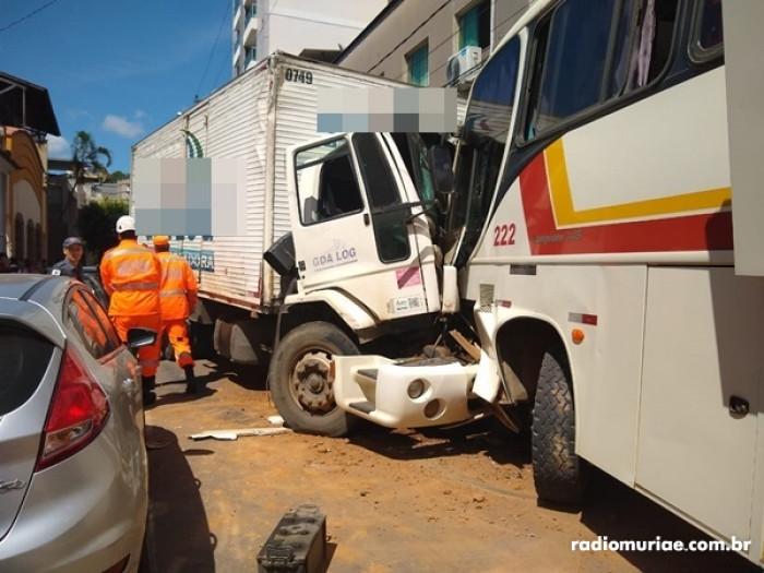 Caminhão desgovernado atinge ônibus com 25 passageiros, no Centro,na rua Gusman